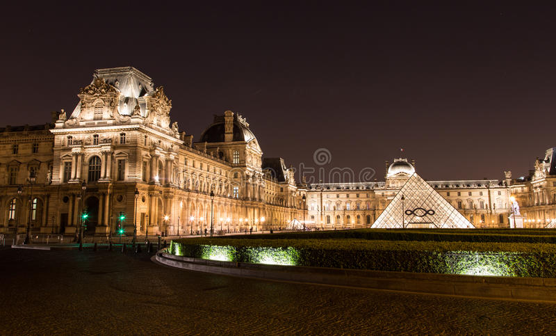 Louvre av Paris i Frankrike vid natt arkivbilder