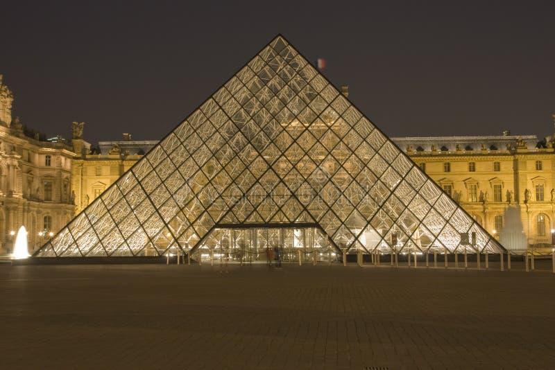 Louvre av Paris vid natt arkivbilder