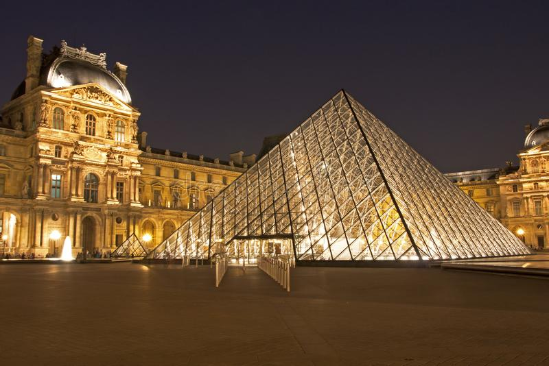 Louvre av Paris vid natt fotografering för bildbyråer