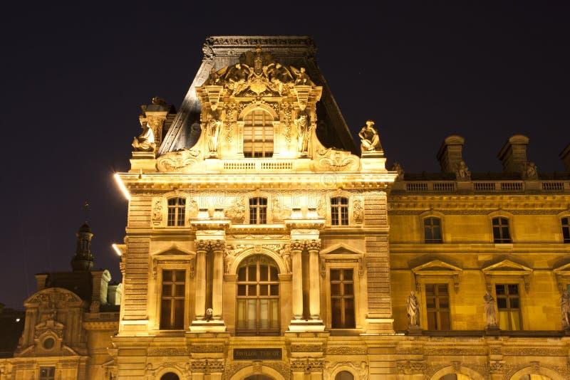 Louvre av Paris vid natt royaltyfri bild
