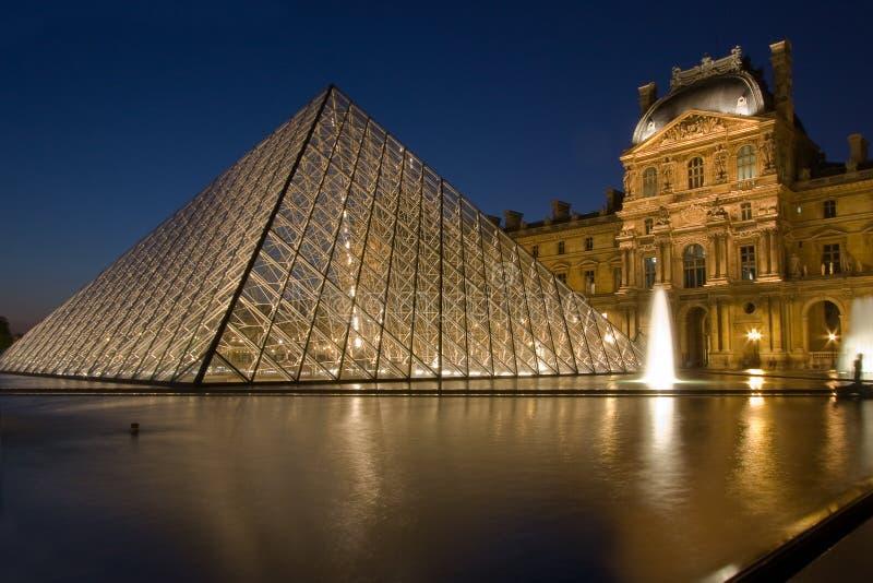 Louvre av Paris vid natt arkivfoton