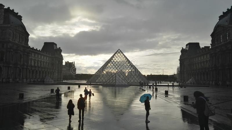 Louvre chuvoso fotos de stock royalty free