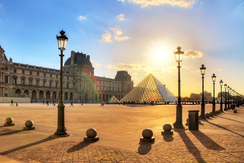 Louvre de la puesta del sol de la primavera fotografía de archivo libre de regalías