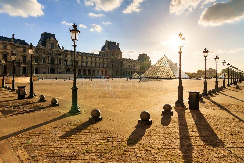 Louvre de la puesta del sol de la sombra fotografía de archivo