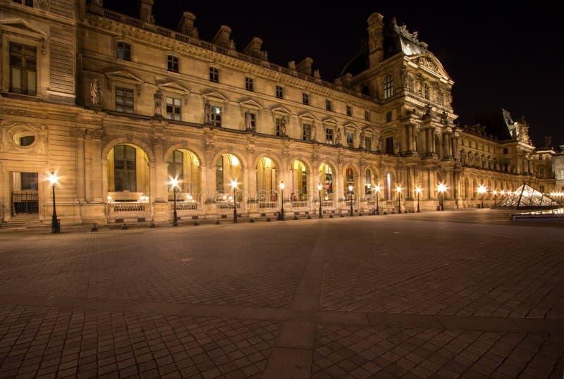 Louvre de Musee en París por noche foto de archivo libre de regalías