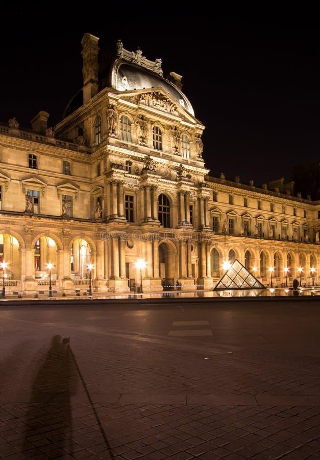 Louvre de Musee en París por noche imagen de archivo
