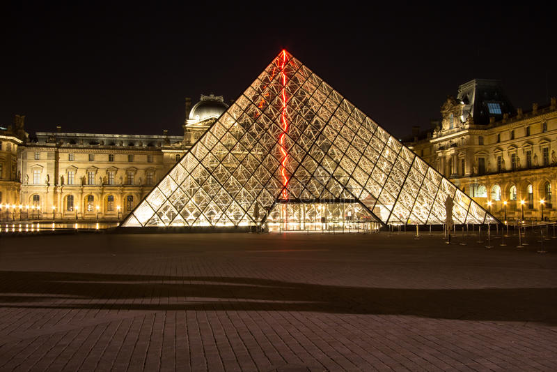 Louvre de Musee en París por noche foto de archivo