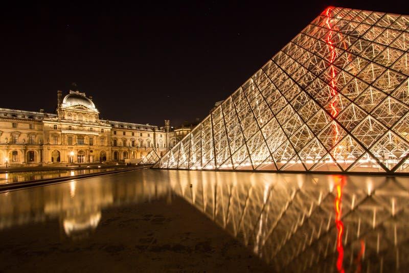 Louvre de Musee en París por noche fotografía de archivo