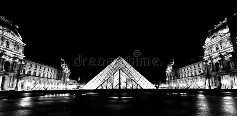 Louvre di Musee a Parigi di notte immagine stock libera da diritti