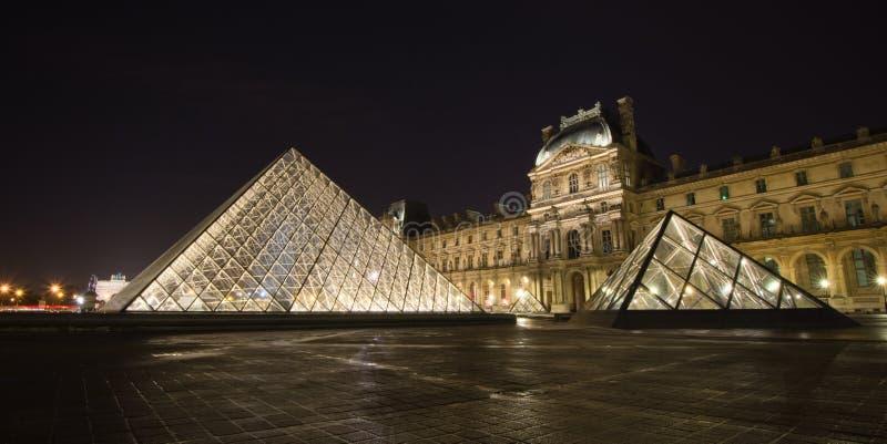 Louvre di Musee a Parigi di notte immagini stock