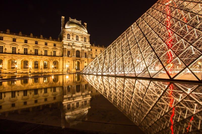 Louvre di Musee a Parigi di notte fotografie stock libere da diritti