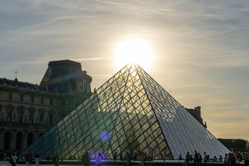 Louvre die piramide in Parijs Frankrijk bouwen royalty-vrije stock afbeelding