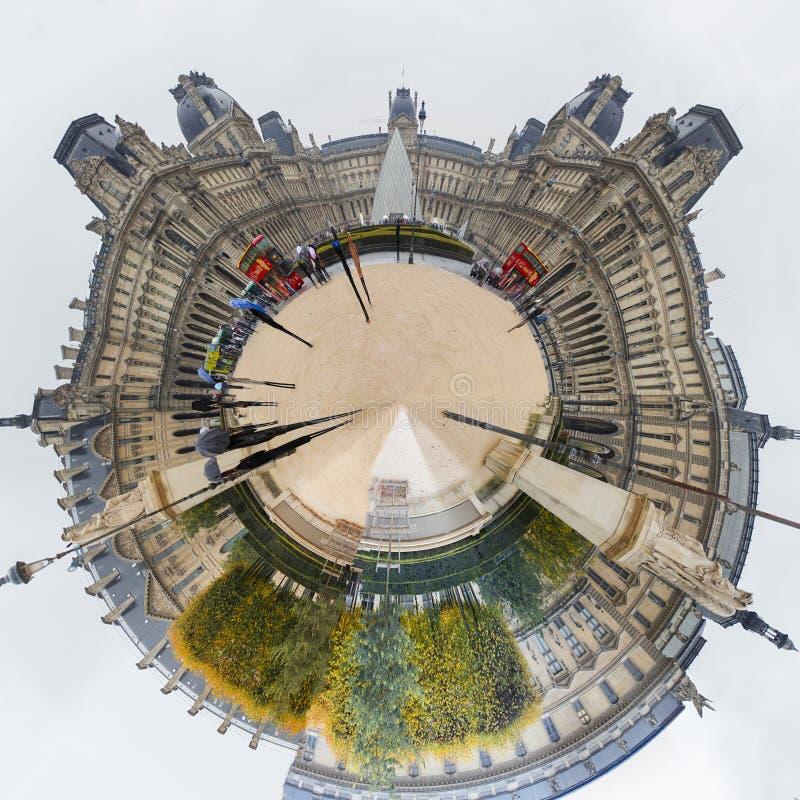 Louvre en París 360 grados imagen de archivo libre de regalías
