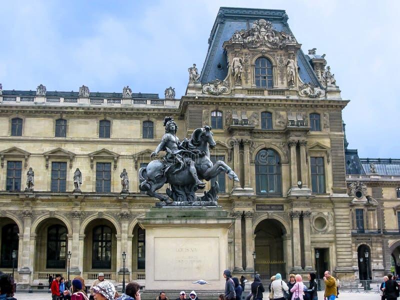 Louvre et statue de Louis XIV image libre de droits