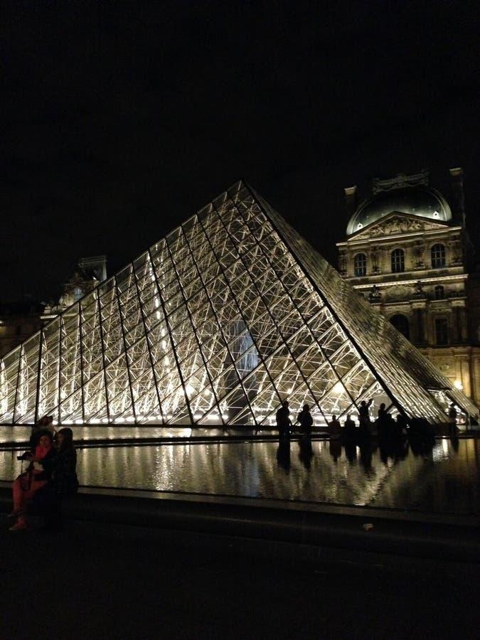 Louvre i ljus arkivfoto