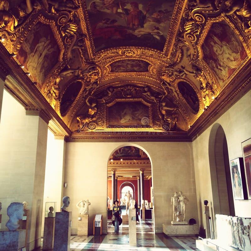 Louvre inom galleri arkivfoton