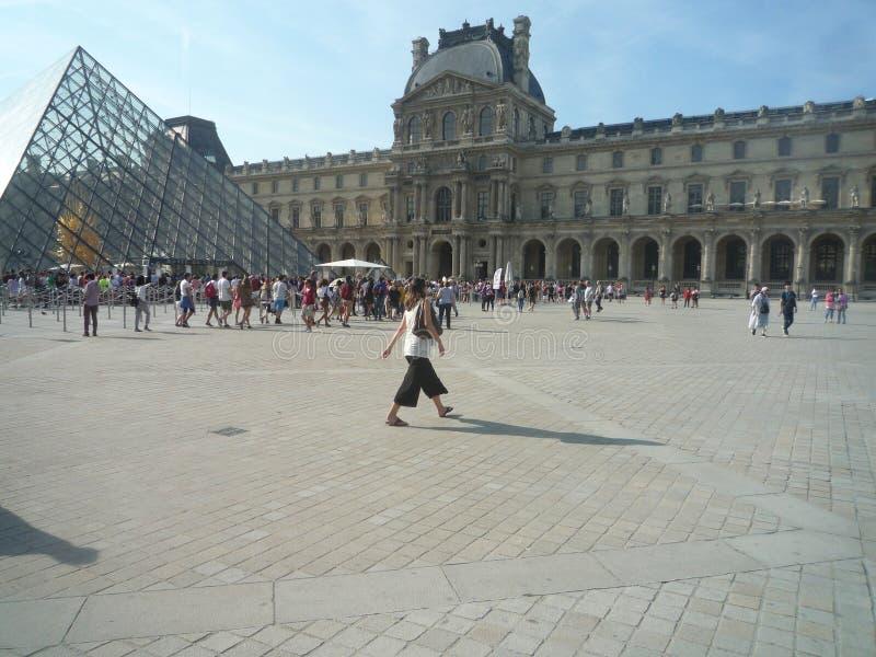 Louvre-Museum, Paris, Frankreich, am 16. August 2018: Besucher außerhalb des Museums stockbilder