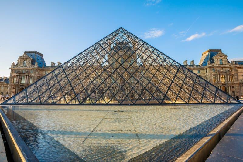 Louvre-Museums-Pyramide stockfoto