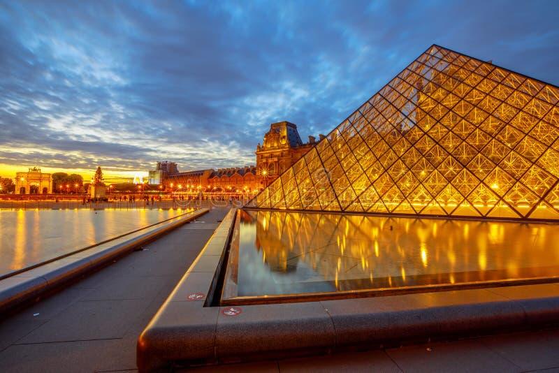 Louvre-Museumsabend stockbilder