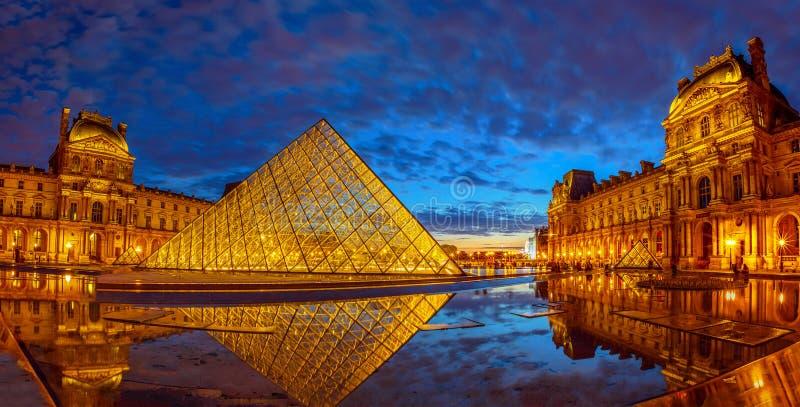 Louvre-Museumsspiegelung stockfoto