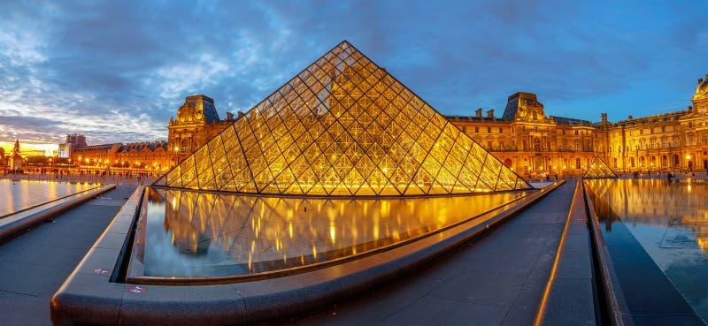 Louvre-Museumsspiegelung stockfotos