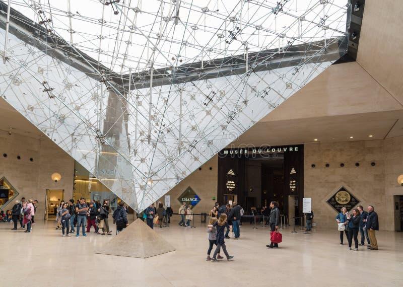 Louvre muzealna podziemna wejściowa sala z do góry nogami szklanym ostrosłupem, Paryski Francja obraz royalty free