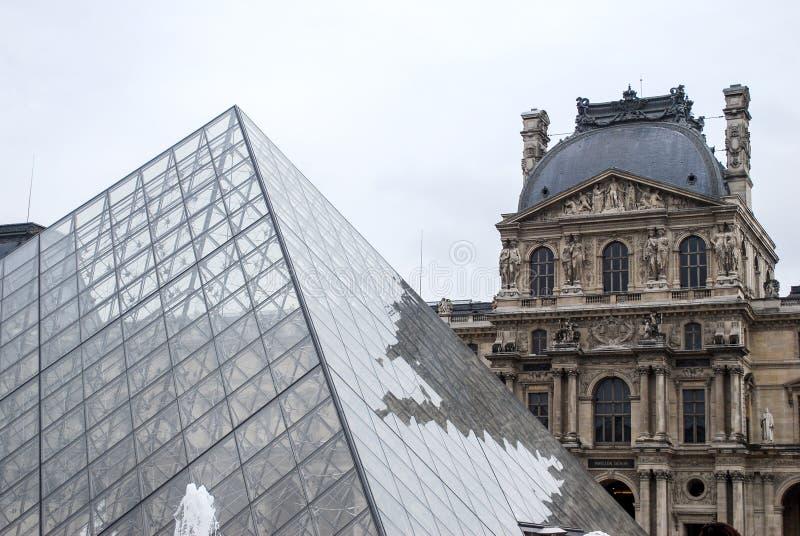 Louvre muzeum ostros?up zdjęcia stock
