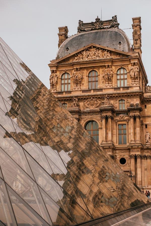 Louvre muzeum ostros?up zdjęcia royalty free