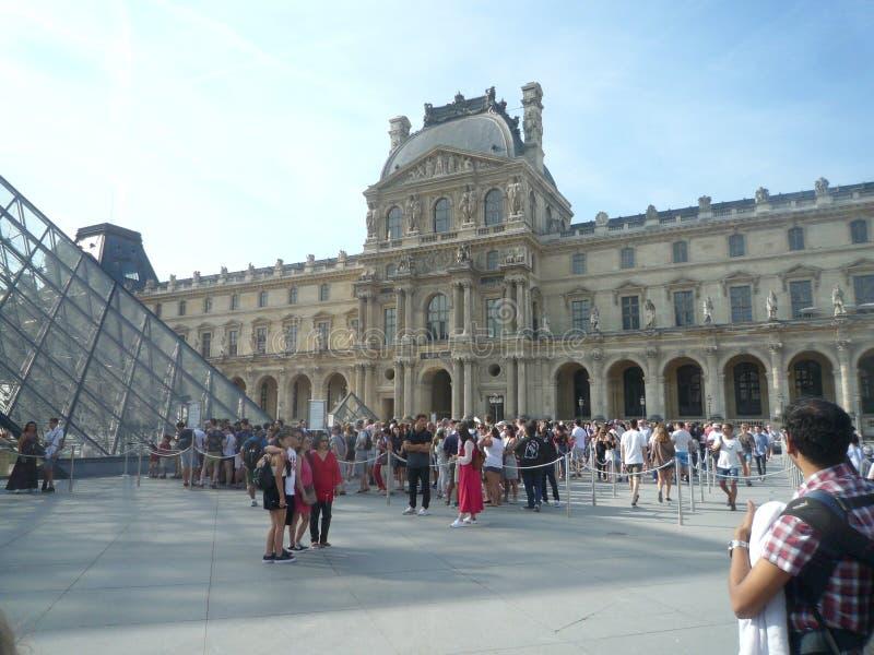 Louvre muzeum, Paryż, Francja, Sierpień 16 2018: goście na linii wchodzić do w muzeum obraz stock