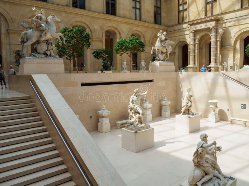 Louvre muzeum, sala z Francuską rzeźbą w Paryż zdjęcia stock