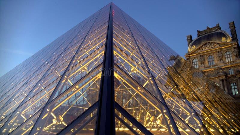 Louvre muzeum sztuki z szklaną ostrosłup budową, zwiedza w Paryż, Francja obraz stock
