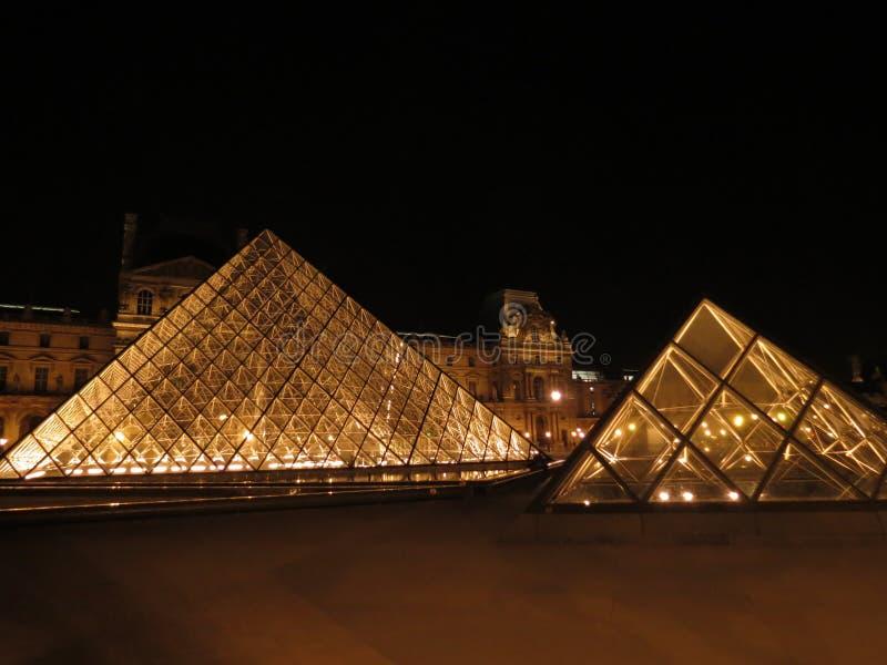 Louvre na noite imagens de stock royalty free