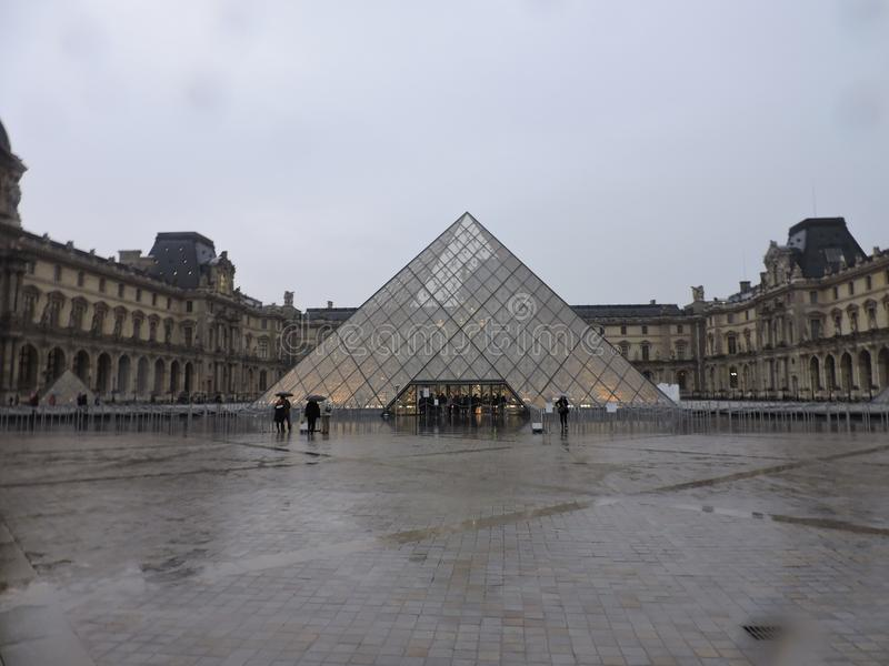 Louvre op een regenachtige dag royalty-vrije stock fotografie