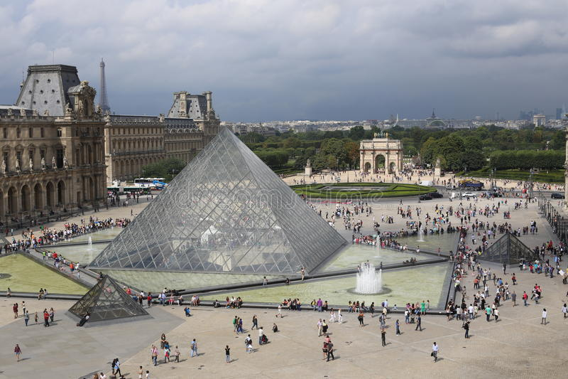 Louvre ostrosłup fotografia stock