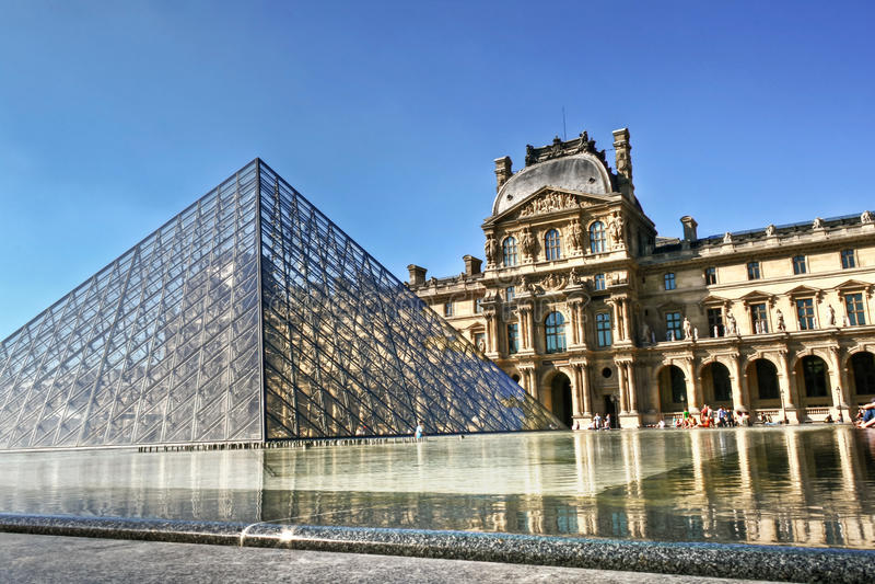 Louvre ostrosłup i pałac zdjęcia royalty free