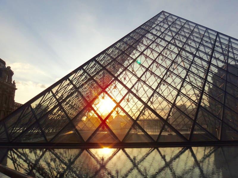 Louvre ostrosłup podczas zmierzchu w Paryż fotografia stock