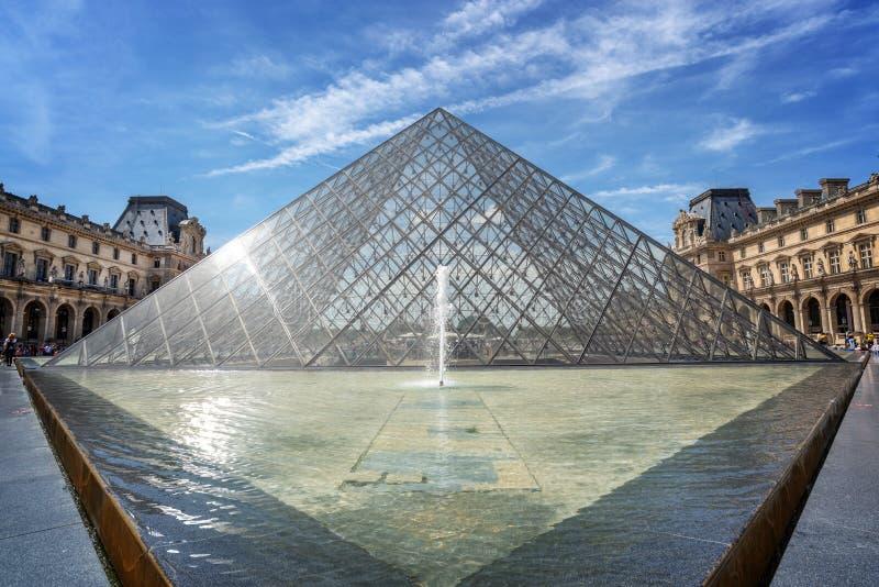 Louvre ostrosłup w głównym podwórzu louvre pałac, Paryski Francja obrazy royalty free