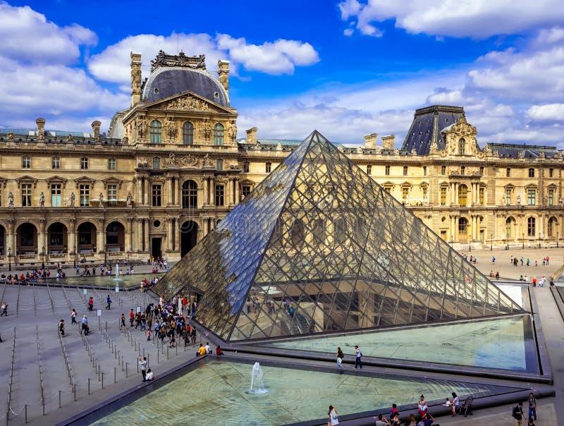Louvre ostrosłup w Paryż i obraz royalty free