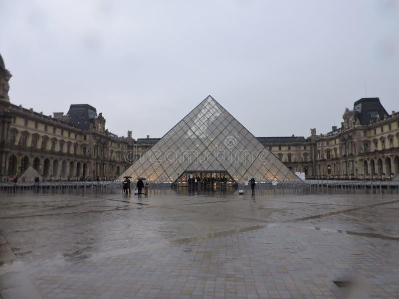 Louvre på en regnig dag royaltyfri fotografi