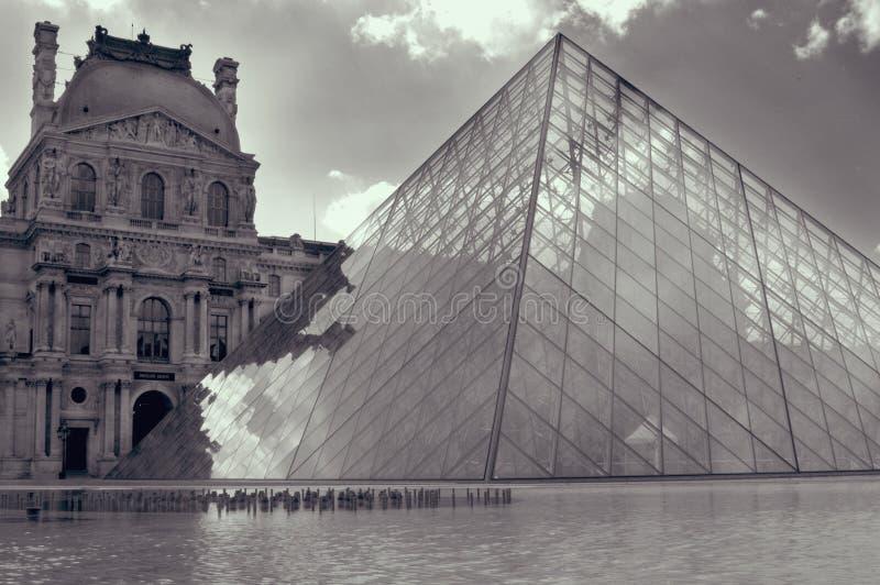 Louvre paris i svartvitt arkivbilder