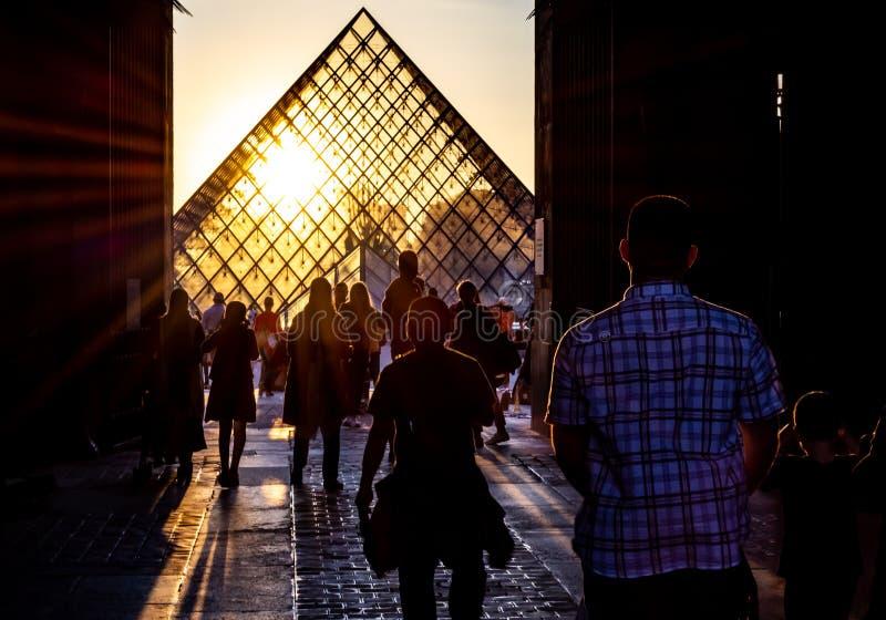 louvre Paris Przez łuku, ludzie iść główny podwórze muzeum zdjęcie royalty free