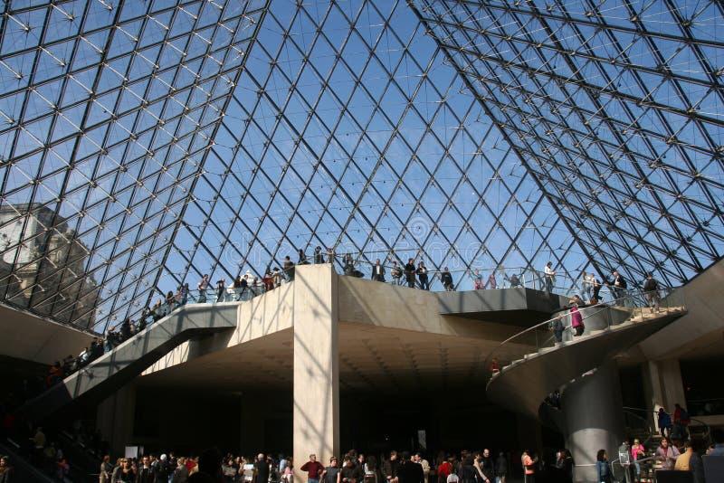 Louvre piramid binnen stock foto's