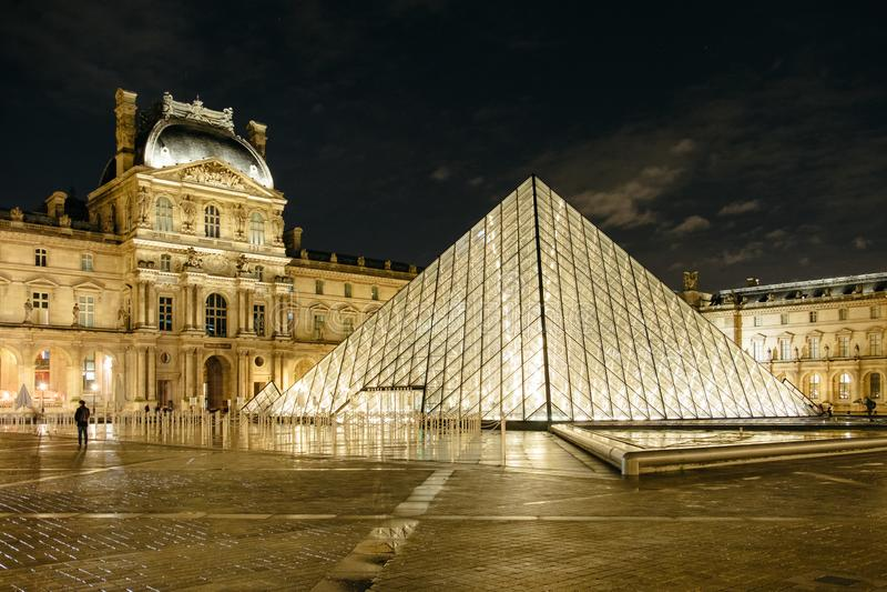 Louvre-Pyramide nachts stockfotos