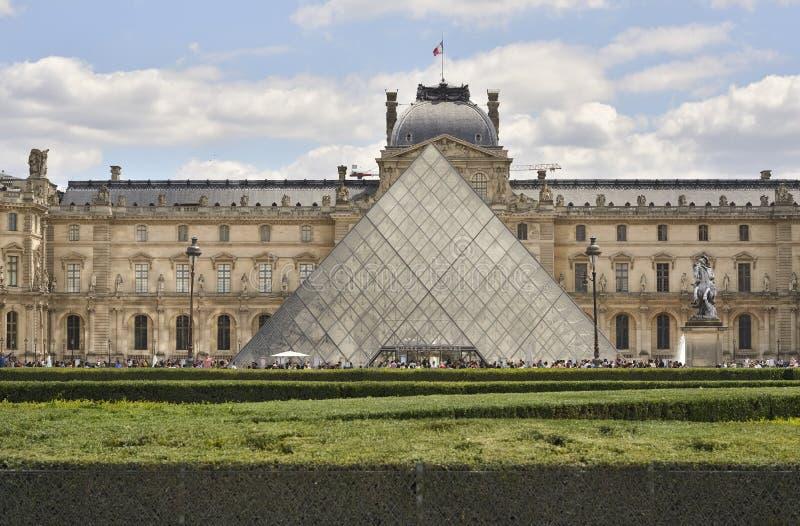 Louvre-Pyramide Paris, Frankreich lizenzfreie stockbilder