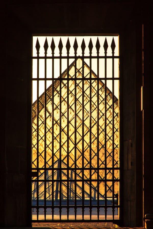 Louvre ser igenom arkivbild