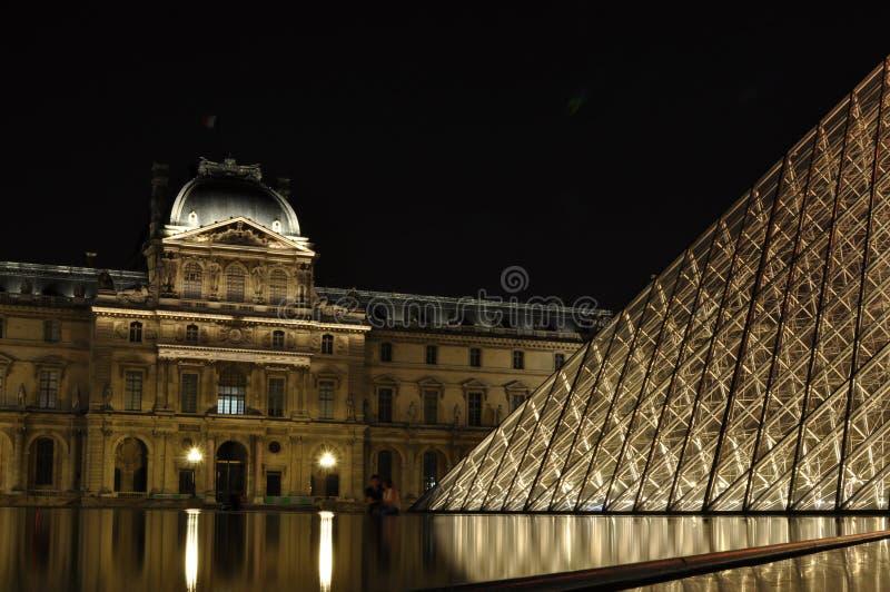 Louvre vid natt royaltyfri bild