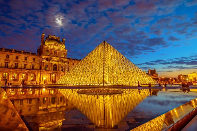 Louvreexponeringsglaspyramid arkivbild