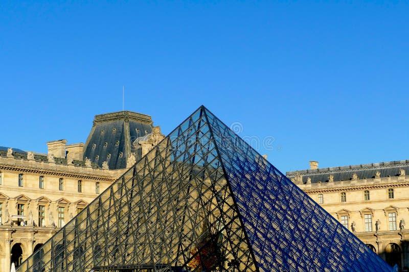 Louvremuseet och pyramiden i Paris - Frankrike fotografering för bildbyråer