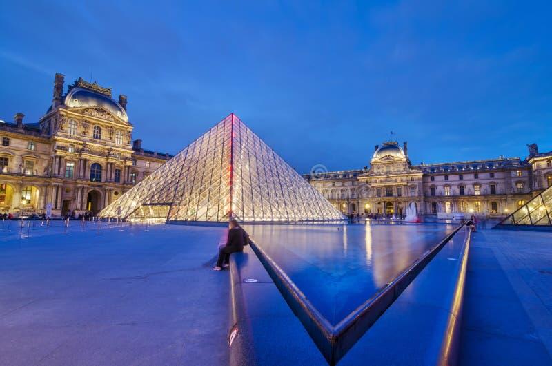 Louvremuseum bij schemering stock afbeelding