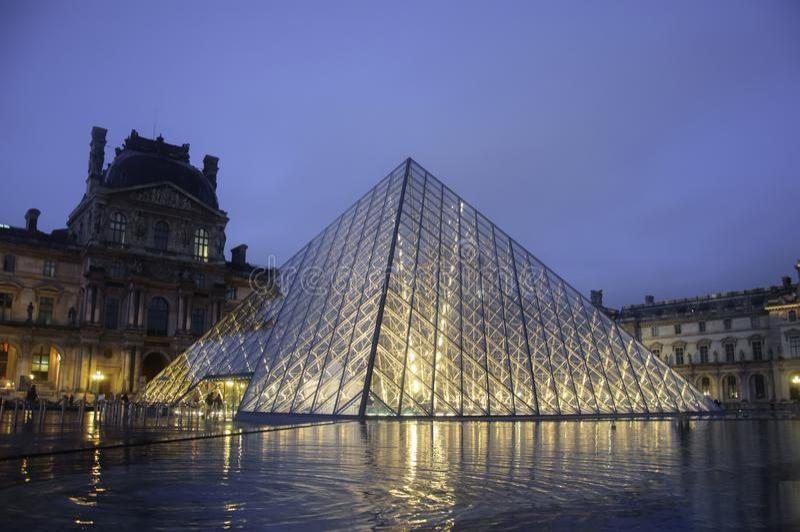 Louvremuseum bij schemering in de winter Parijs stock afbeeldingen